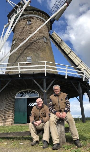 Molenaars Joop Knoop en Bennie Mensink voor de Hollandsche molen op de Needse berg.