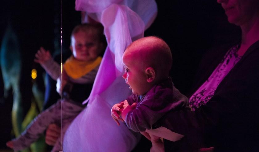 De Zweedse choreografe Dalija Acin Thelander vindt dat het allerkleinste kind de allermooiste ervaring ver-dient. Daarom ontwikkelde ze 'n indrukwekkend kunstwerk speciaal voor baby's. FOTO: FERNANDO MOLIN