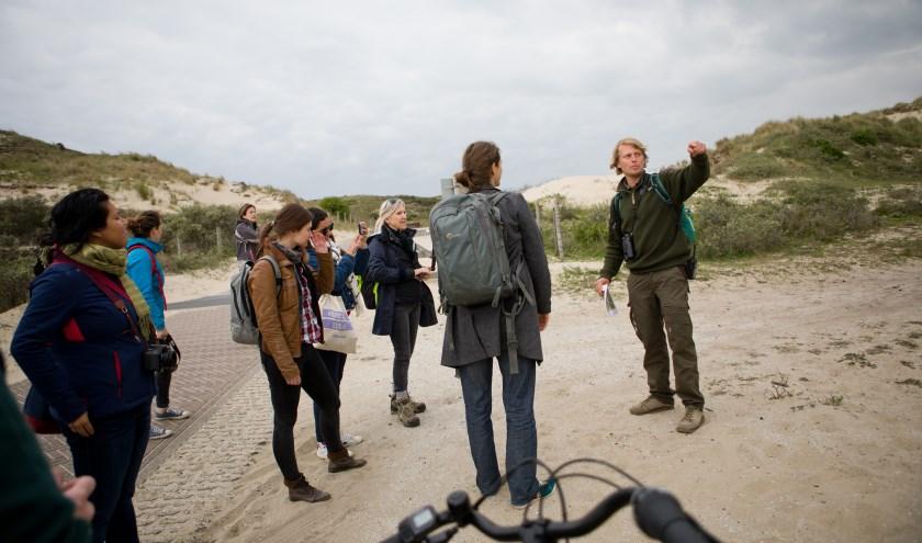 Duinwachter Joeri vertelt meer over de 6812 verschillende soorten planten en dieren die leven in Nationaal Park Hollandse Duinen, met eigen ogen te zien in onder andere de Libellenvalei.