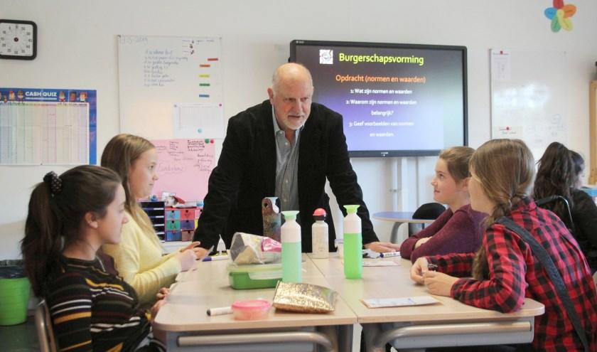 Wim van Esch zet de leerlingen aan het nadenken over burgerschap en alles wat daarmee te maken heeft. (Foto: Lysette Verwegen)