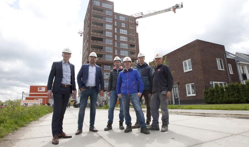 Le Perron met medewerkers en directie van Bolton Groep. FOTO: Danielle Verweij