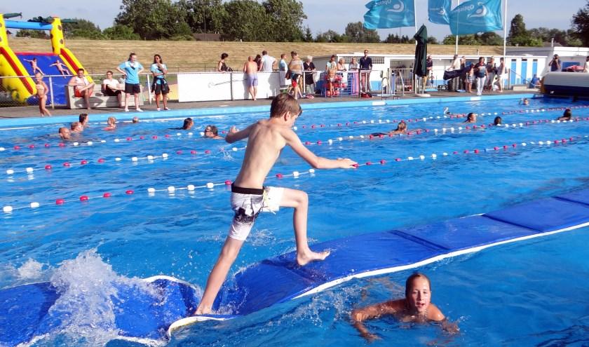 Een eerdere zwemvierdaagse in zwembad De Dompelaar in Groot-Ammers. Dit jaar is de 44e editie.