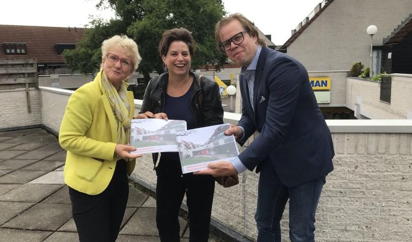 Wethouders Willemien Vreugdenhil (midden) en Peter de Pater kregen het rapport uit handen van Anja Bouwland, voorzitter winkeliersvereniging Bellestein.