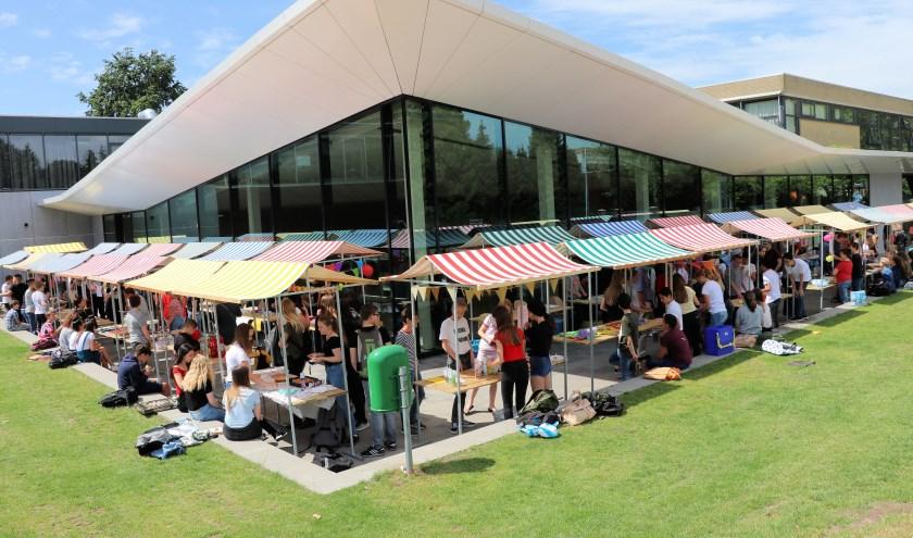 Een opbrengst van 5000 euro, een trotse leerlingenraad, 230 actieve brugklassers, tientallen kraampjes en veel enthousiaste bezoekers.