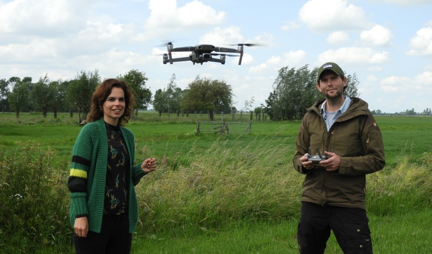 Links: Mariëlle de Bruijn van Den Hâneker en Stijn met de drone. (Foto: Mariëlle de Bruijn)