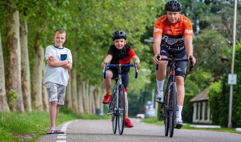 Vader Sander beklimt de Mont Ventoux. Niels rijdt een stukje mee. Joris komt hen aanmoedigen. Foto: Yuri Floris Fotografie