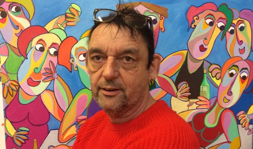 Twan de Vos voor één van zijn kenmerkende schilderijen (foto Archief Marlou Kursten)