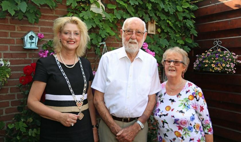 Burgemeester Reinie Melissant-Briene bezocht het jubilerende echtpaar dinsdagmiddag. Eigen foto