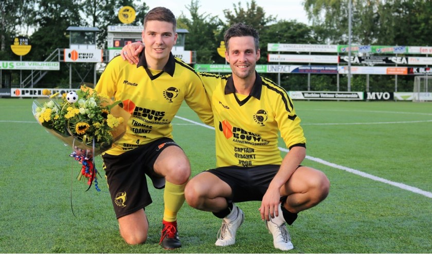 Thomas van de Kolk (l) en Ruben Buiijserd (r) werden na hun afscheidswedstrijd in de bloemetjes gezet. (Foto: Henri van de Kolk)