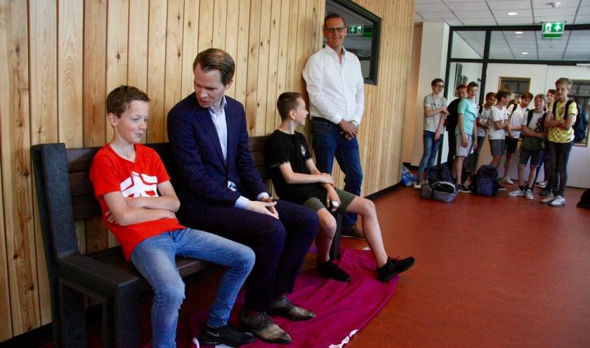 Wethouder Bart Porskamp en Jeroen Jolink van Rouwmaat met twee Marianum-leerlingen. (Foto: Eveline Zuurbier)