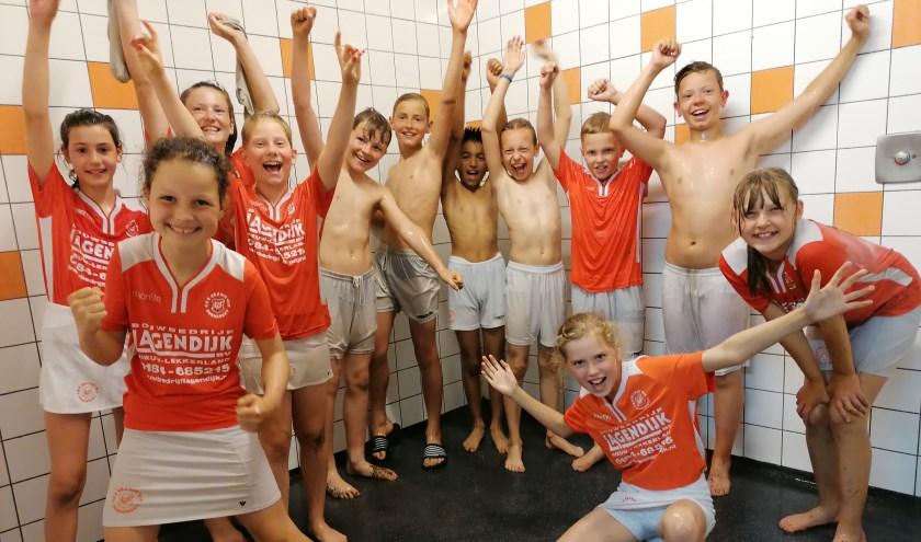 D2 onder de douche na een duik in het Wantij. (Foto: Privé)