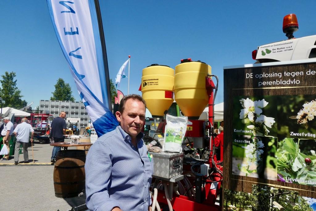 Johan de Ruiter met zijn machine die veel werk ineen kan verzetten.  © DPG Media