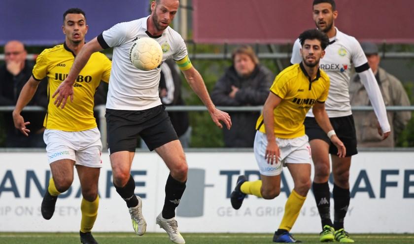 Jesper van den Bosch in actie tegen FC Lienden.