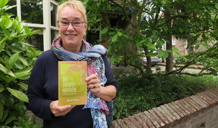 De Amersfoortse schrijfster Adriënne Nijssen laat haar eerste biografie zien, die de titel draagt 'Het paradijs ontvlucht'.
