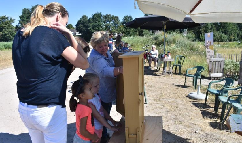 Vrijwilligers van de bijenvereniging Wierden-Enter geven graag meer uitleg. Foto: Jolien van Gaalen.