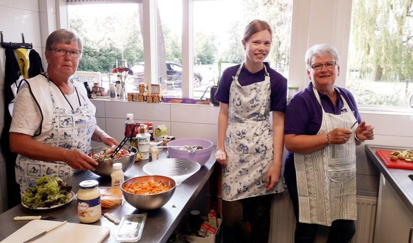 Het was improviseren in de keuken: de beschikbare ingrediënten waren pas om vier uur 's middags bekend. (Foto: Margaretha Coornstra)