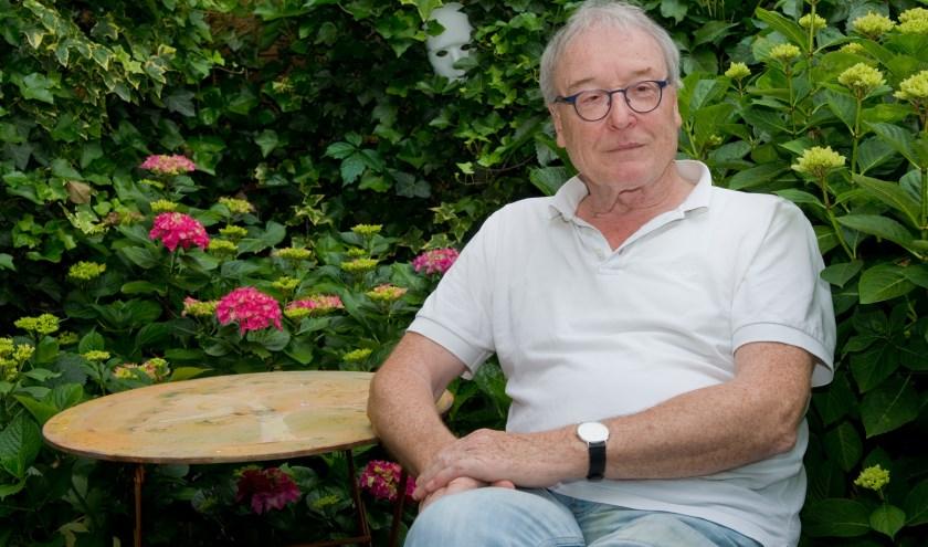 Auteur Wilfried Uitterhoeve verdiepte zich in de rijke historie van het pand aan de Oranjesingel 42. (Foto: Maaike van Helmond)