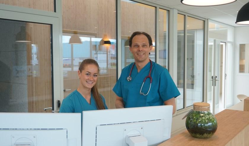 Sharon van Deudekom, paraveterinair en Hendrik-Jan Kranenburg, directeur/orthopeed: trots op de nieuwe dierenkliniek. Foto: L. Mastenbroek