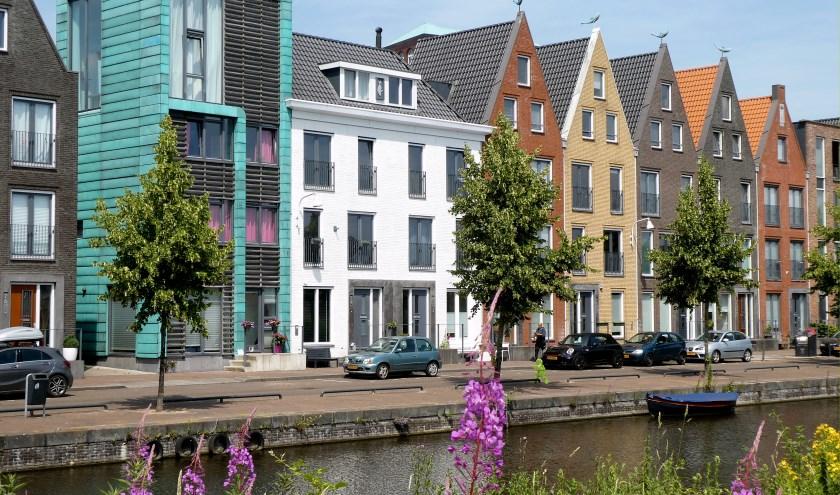 """De bouwstijl van de laatste jaren is een stuk spannender geworden na de saaie jaren 60, 70, 80 en 90 van de vorige eeuw. Hier een rijtje huizen in """"oud Hollandsche"""" stijl in Vathorst."""