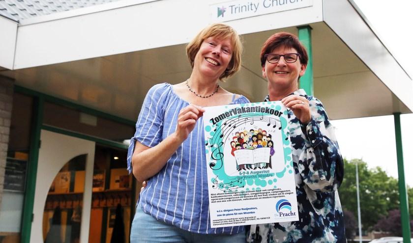 Ank (l) en Janny hopen dat er zich vele liefhebbers voor het Zomervakantiekoor zullen aanmelden. Foto: Theo van Sambeek.