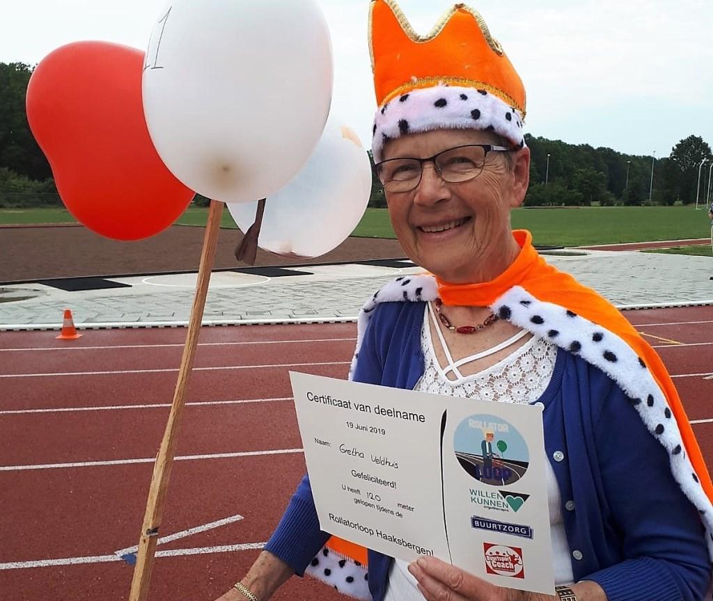 Gretha Veldhuis is trots op haar certificaat: 'Volgend jaar ben ik er weer bij.'  © DPG Media