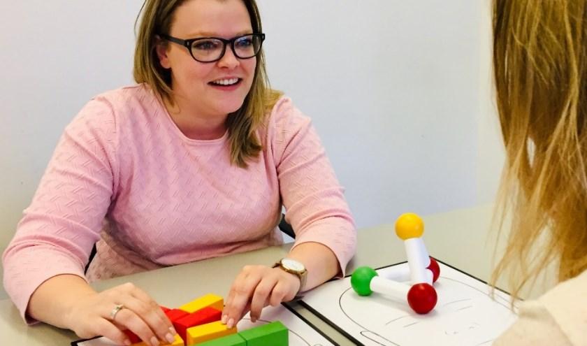Iris Smit is behandelaar en begeleider voor kinderen en volwassenen bij het Regionaal Autisme Centrum. Ze geniet als ze haar cliënten vooruit ziet gaan.