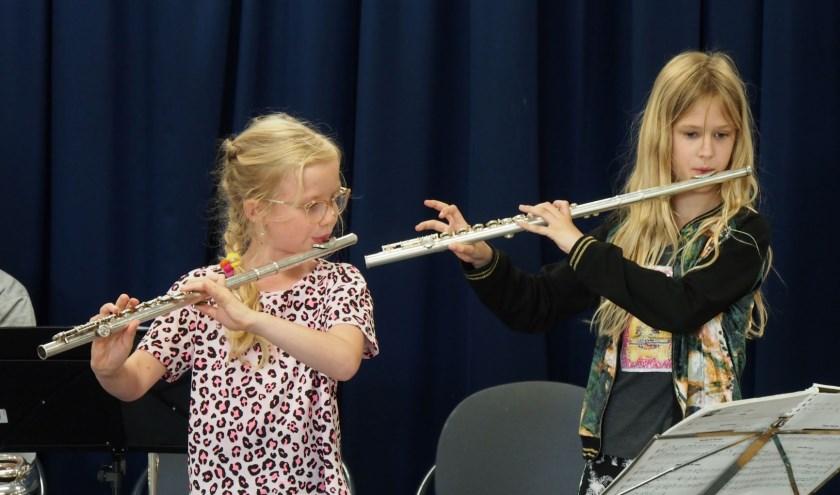 Julia (links) en Sascha (rechts) van de Roncallischool bespelen de dwarsfluit na slechts drie weken muziekles.