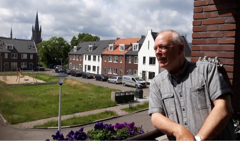 Ton van Balveren kijkt vanaf zijn balkon zo naar de kerk. (Foto Elly Bruns)