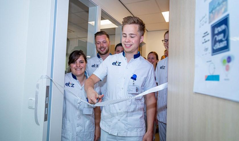 Verpleegkundige Teun van Gestel knipt het lint door van de nieuwe leerruimte. foto: ETZ Fotografie & Film/Joost Pistorius