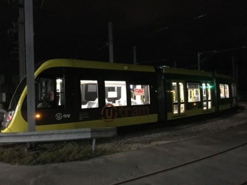 Foto's tonen de analyse van de remproeven en de CAF tram vlak voor vertrek vanaf de remise.