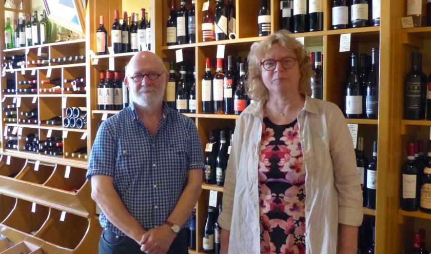 Oud-eigenaar Henk Borgardijn en medewerkster Christa Kok nemen nu nog de honneurs waar bij Slijterij Borg. (foto: Diana Kervel)
