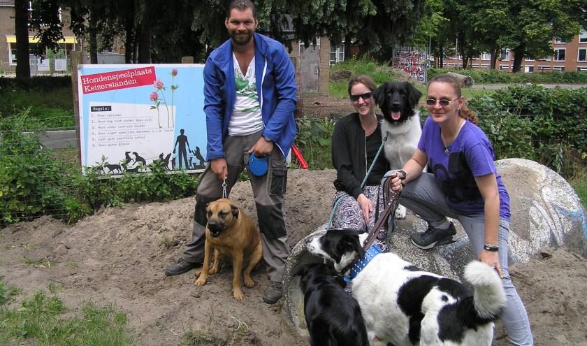 vlnnr 'Opperbevelhebber' Pim van de Kamp, Ischa Franken en Natasja Bosch maken een hondenparadijs op de Keizerslanden.