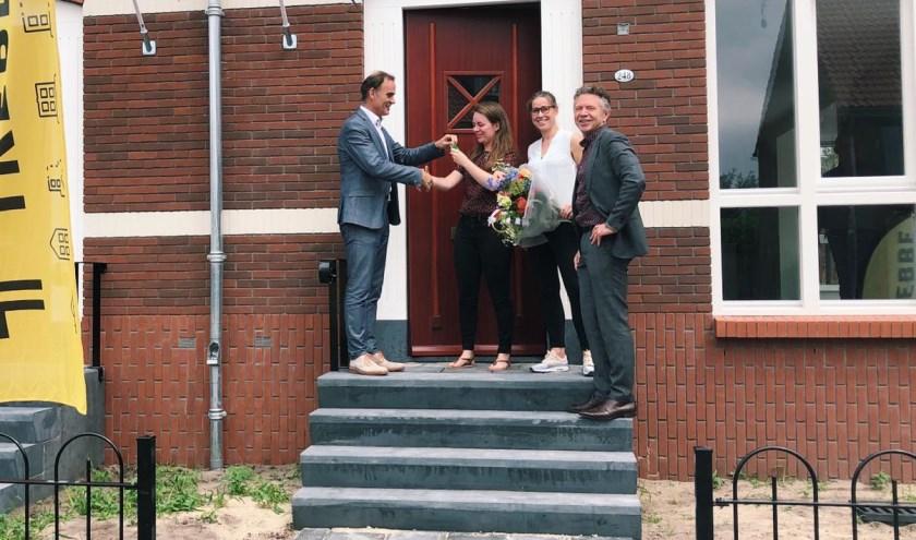 De nieuwe bewoners ontvangen de sleutel uit handen van Henri Schimmel (BPD) en Johan Bombach (Trebbe Wonen).