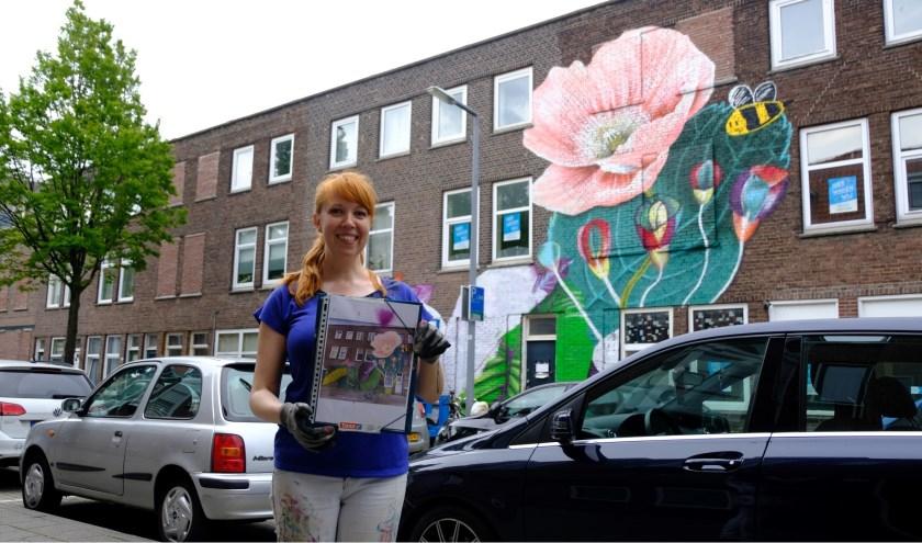 Kunstenares Nina Valkhoff is één van de kunstenaars die de dankbare taak heeft om de kindertekeningen op de muur te zetten.