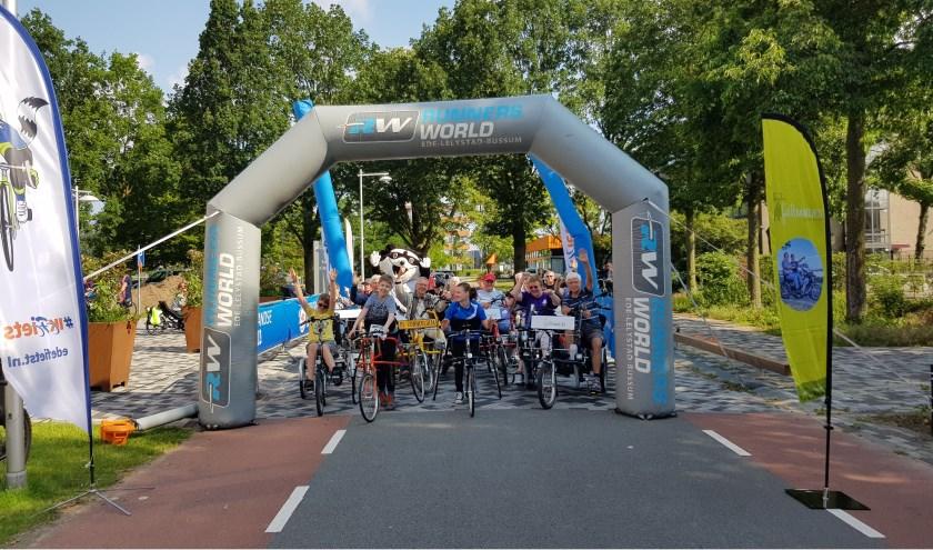 Handbikes, duofietsen en racerunners, ze waren en er allemaal. Maar liefst 30 mensen met een beperking stonden zaterdagmorgen bij de Van der Knaaphal om mee te doen met de toertocht aangepast fietsen.