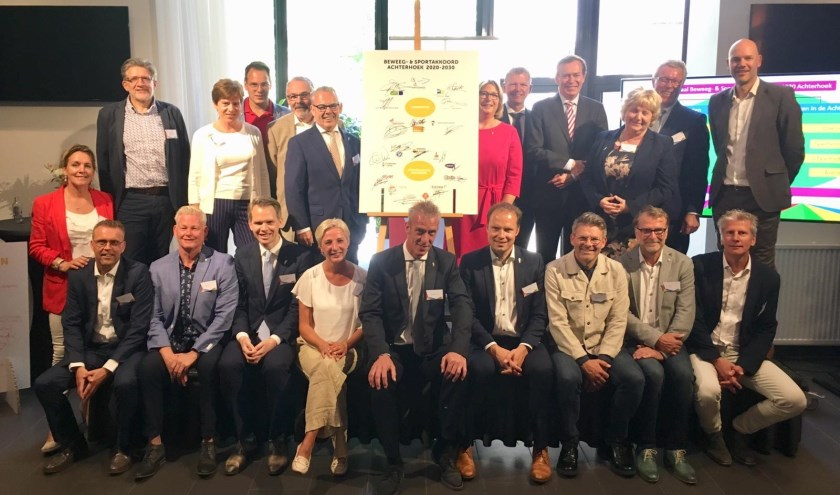 Afgelopen donderdag werd in het bijzijn van sportminister Bruno Bruins (staand, vierde persoon van rechts) het Beweeg- en Sportakkoord 2020-2030 gepresenteerd. (foto: PR)