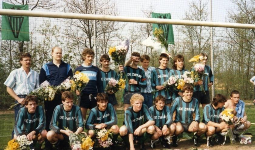 Kampioenelftal Hapse Boys 1 in 1987. Ad Vloet, de leider, links staande op de foto