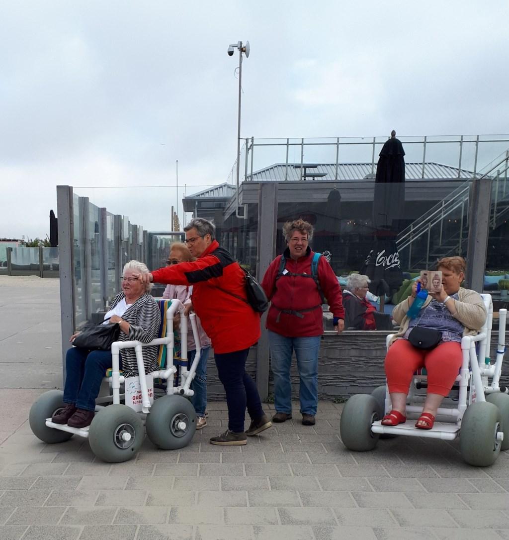 met de strandrolstoel naar het strand Foto: S van der Veek © DPG Media