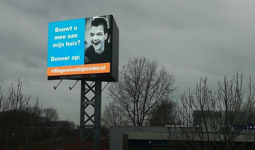 één van de billboardreclames van het project Villa Gewoon Bijzonder die momenteel te zien zijn op diverse snel- of autowegen in de regio Rijnmond.