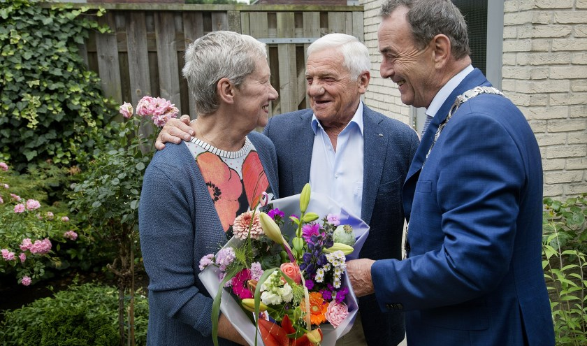 De burgemeester feliciteert het paar. Foto: Bart van Kerkhof/Pix4Profs