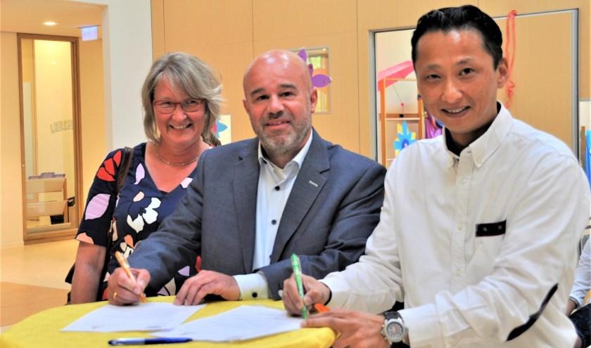 Conradine de Reus, Berry Waroux en Martijn Martens tekenen de samenwerkingsovereenkomst