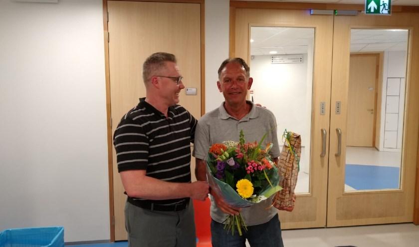 Erelid Marcel van Dien krijgt bloemen uitgereikt door voorzitter Rienk Bijlsma