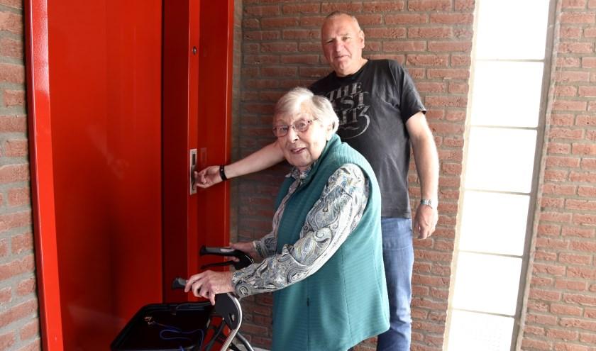 Het geduld van Bertha van der Linden en Fred van der Pauw is op de proef gesteld. Het duurde vier weken totdat de lift werd gerepareerd, Foto: Marianka Peters