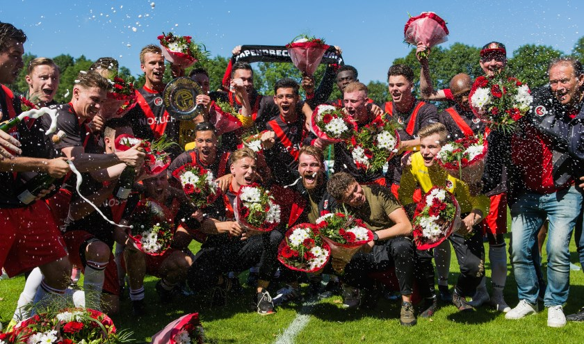Dolblije spelers van VV Papendrecht vieren feest. (Foto: Guillaume Kortekaas)