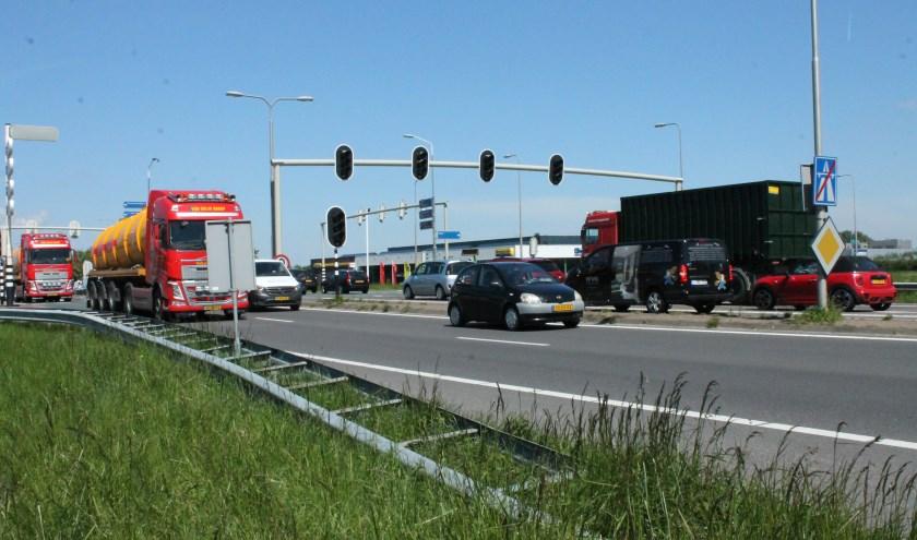 De kruising van de drukke Deltaweg met de 's-Heer Hendrikskinderendijk in Goes wordt vervangen door een ongelijkvloerse kruising.FOTO: LEON JANSSENS