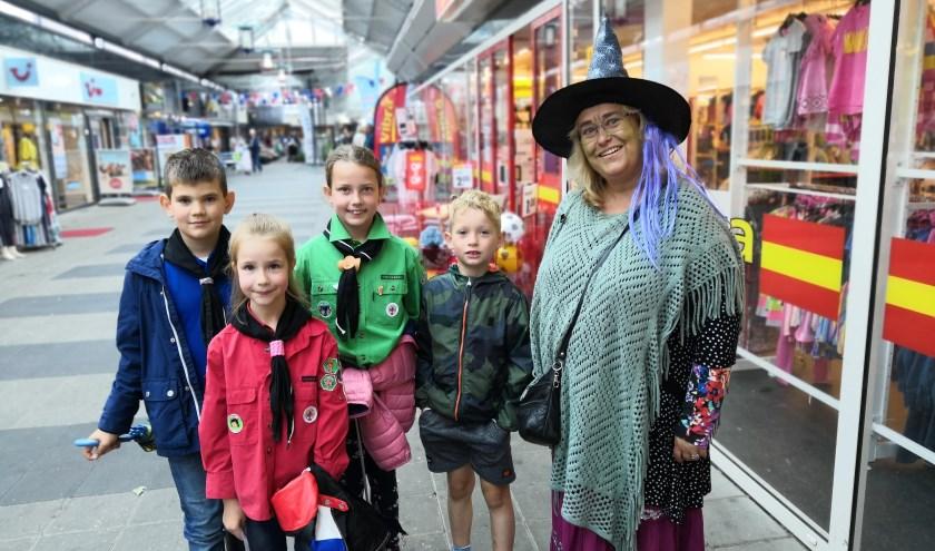 Zaterdag liepen er heel wat vreemde figuren rond in winkelcentrum Hof van Spaland. De meisjes en jongens van de Scouting Tono-groep hielden er een vossenjacht.