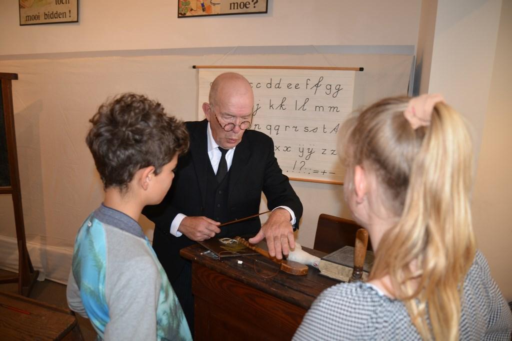 De strenge meester in de klas uit 1909 had veel bekijks, vooral toen hij lijfstraffen toediende. Jaap van der Veen © DPG Media