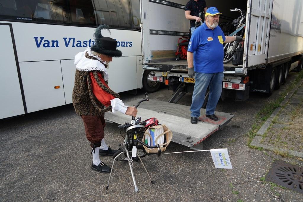 """Gilbert laadt een """"wonderlijk"""" wiel in de vrachtruimte Foto: P.v.d.Rovaart © DPG Media"""