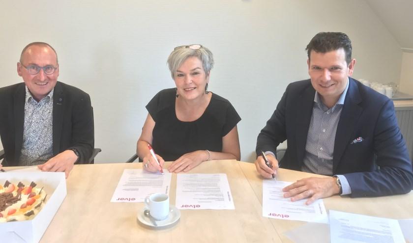 Ondertekening contract bouw drie wooneenheden Nieuw-Wehl  Vlnr: Dhr. Martien te Molder (bedrijfsleider KlaasenGroep, mevr. Irma Harmelink (bestuurder Elver), dhr. Derk Wassink (algemeen directeur Wassink Installatie).