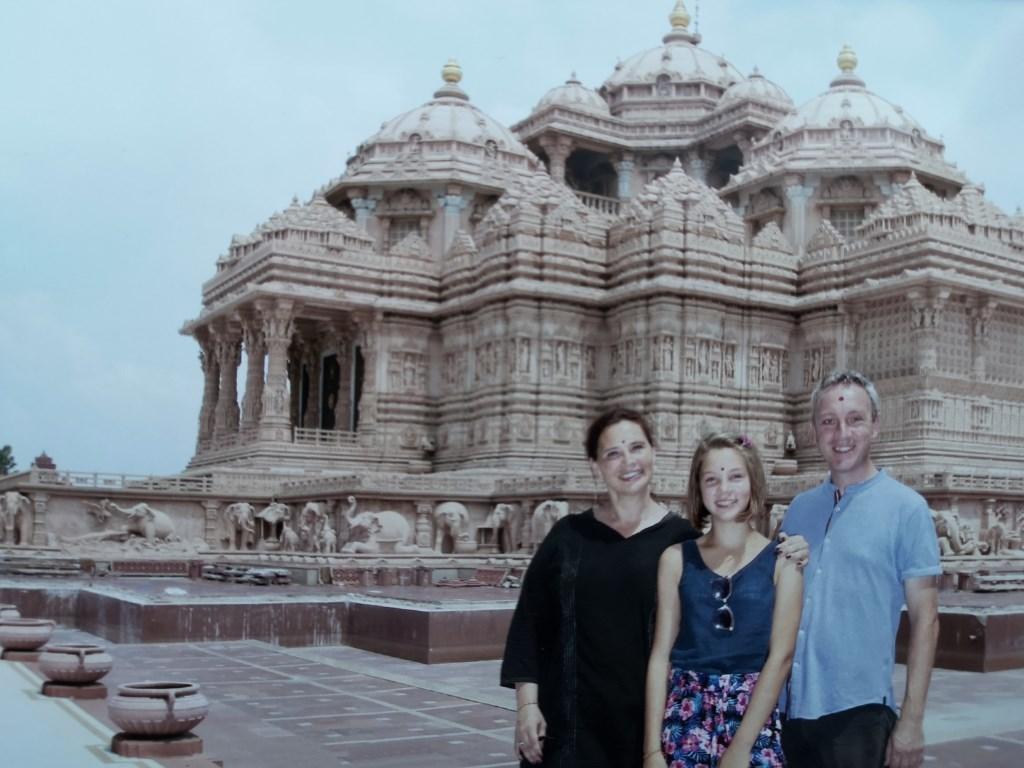 """Met zijn vrouw Karen en dochter Isra India. """"Een paar jaar na onze eerste reis werd onze dochter geboren: Isra India. Haar naam geeft ook wel iets aan van onze liefde voor dat land.""""  © DPG Media"""